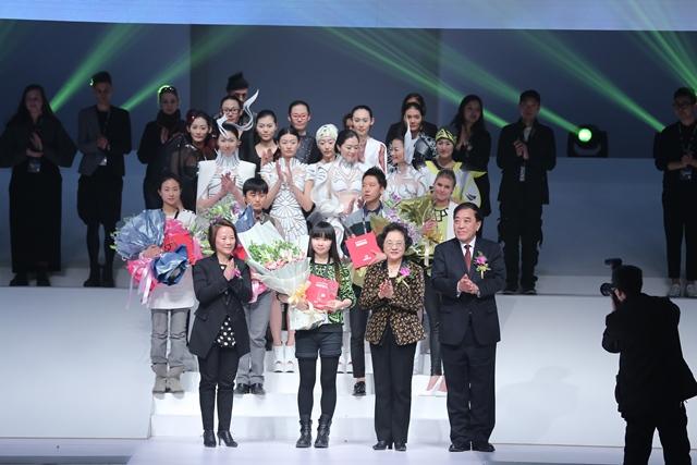 由中国服装设计师协会与汉帛国际集团共同举办的第21届中国国际青年设计师时装作品大赛决赛于2013年3月25日在北京饭店宴会大厅举行。本次大赛以边界---为时装发布会上的时尚编辑们设计服装为主题,共收到了包括25个国家在内的1660份作品。经过初评,最终来自15个国家的29组作品参加决赛。经过激烈角逐,来自中国北京的王智娴的作品《无界》夺得金奖;来自德国的Christina Sieber的作品《摩托车越野赛》以及来自韩国的Park Min Seo的作品《关连》荣获银奖;来自中国北京的汪丽群的作品《玄风》获
