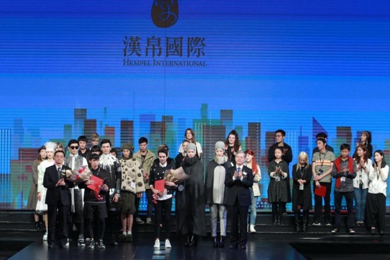 由中国服装设计师协会、汉帛国际集团共同主办的汉帛奖第23届中国国际青年设计师时装作品大赛于2015年3月25日在北京饭店金色大厅圆满落幕。 本届汉帛奖大赛主题为城市印象,汉帛奖中国国际青年设计师时装作品大赛作为参赛国家最多、最具国际影响力的专业赛事,为国内外设计师提供了一个良好的展示和交流平台,对年轻设计人才的成长起到了很大的推动作用。大赛自2014年9月启动以来,吸引了众多优秀的国内外年轻设计师的参与,大赛组委会收到来自23个国家和地区的1578份稿件,参赛作品的水平达到了一个新的高度。经