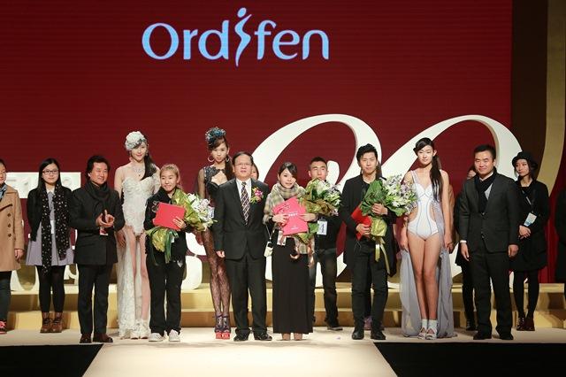 10月30日,由中国服装设计师协会和欧迪芬国际集团共同主办的欧迪芬杯2013中国内衣设计大赛决赛在京举行。本届大赛共收到包括香港、台湾在内共25个地区的651份参赛作品,大赛以20年盛典show为主题,共有30组作品入围8月下旬在上海举行的复赛,通过复赛选出18组作品走上决赛舞台,最终南昌大学共青学院的石磊以作品《迷幻》荣获了金奖与制作工艺奖;武汉纺织大学的李章和浙江理工大学服装学院的高海兵分别以作品《魅媚》和《如梦令》荣获银奖;来自台湾辅仁大学织品服装学系研究所的王依洁以作品《烟花礼赞》荣获铜奖及