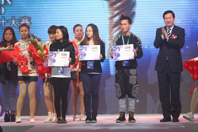 第20届中国真维斯杯休闲装设计大赛由中国服装设计师协会、中国服装协会、真维斯国际(香港)有限公司联合主办,总决赛于2011年10月30日在DPARK北京会所中央大厅隆重举行。 本届大赛以梦飞扬为主题,自今年3月开赛以来,收到参赛作品共计6563份,经过东、南、西、北四大分赛区的比拼,最终有20位选手齐聚北京,亮相总决赛。最终,来自香港理工大学的林柏荣夺得金奖和最具时尚风尚奖,来自香港理工大学的潘文豪和浙江理工大学夏霞分别获的银奖和铜奖。最具市场潜力奖和网络最佳人气奖分别被来自的明爱白英奇专业学校吴嘉乐