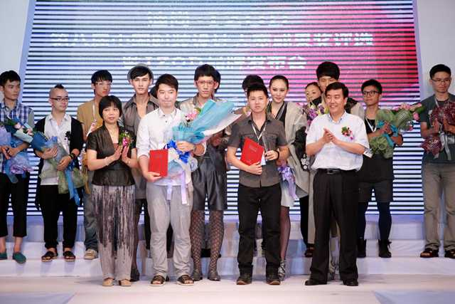 中国服装设计师协会代主席苏葆燕女士,威海市副市长董进友先生为获得